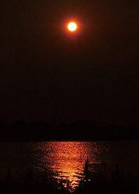 日の入りと水辺への映り込みのA4サイズ背景素材