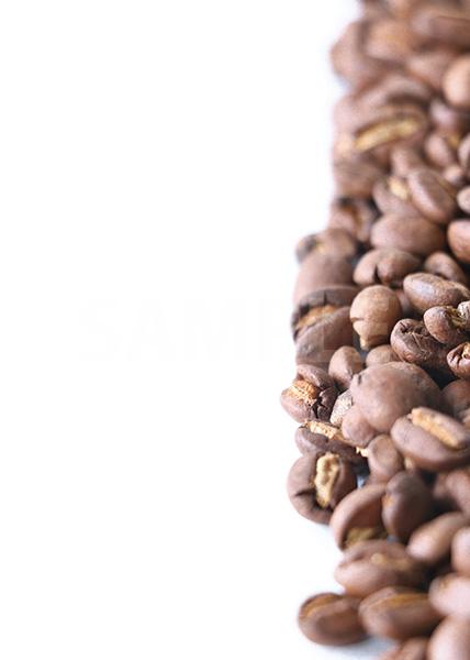 コーヒ豆が横半分に散らばるA4サイズ背景素材