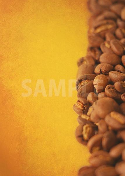 コーヒ豆が横半分に散らばるA4サイズ黄色背景素材