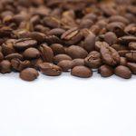 コーヒ豆が上半分に散らばるA4サイズ(横)背景素材