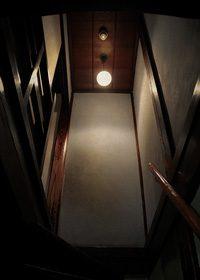 古い日本家屋の階段を見上げた少し不気味なA4サイズ背景素材