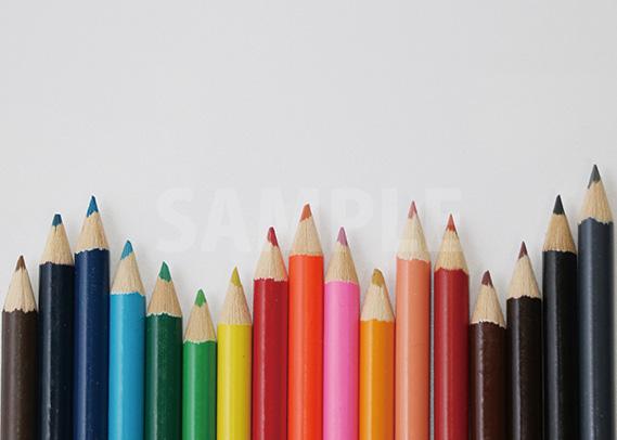 色鉛筆がランダムに並ぶA4サイズ背景素材