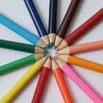 色鉛筆が放射状に並ぶA4サイズ背景素材(横)