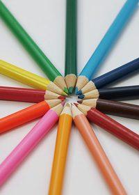 色鉛筆が放射状に並ぶA4サイズ背景素材(縦)