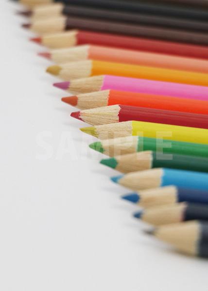 色鉛筆が斜めに並ぶA4サイズ背景素材