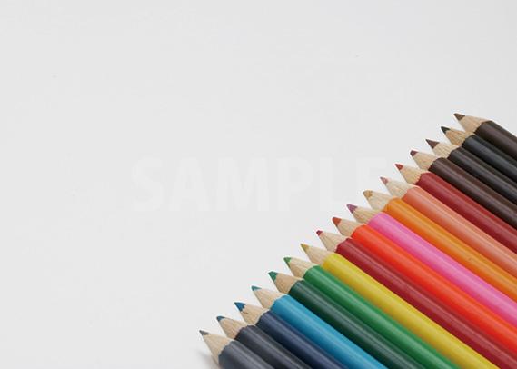 色鉛筆が斜めに整列するA4サイズ背景素材