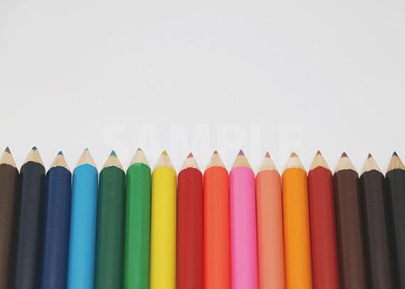 色鉛筆が整列するA4サイズ背景素材
