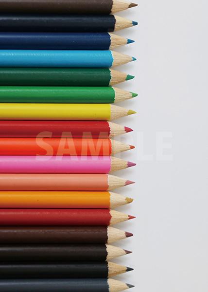 色鉛筆が縦に整列するA4サイズ背景素材