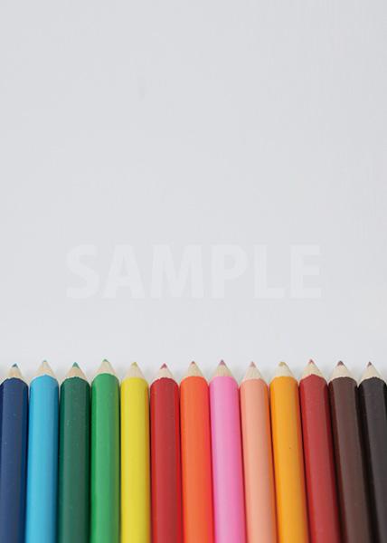 色鉛筆が横に整列するA4サイズ背景素材