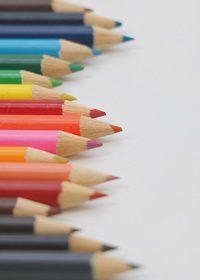 色鉛筆が縦にランダムに並ぶA4サイズ背景素材