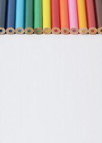 色鉛筆の後ろが並んだA4サイズ背景素材