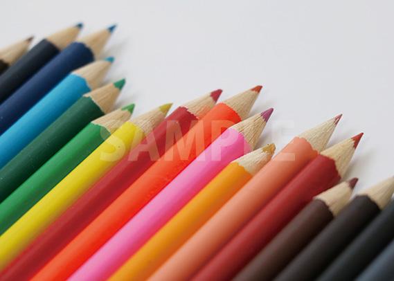 色鉛筆が斜めにランダムに並ぶA4サイズ背景素材