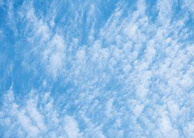 雲が広がる空のA4サイズ背景素材