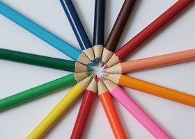 色鉛筆が放射状に並ぶA4サイズ背景素材