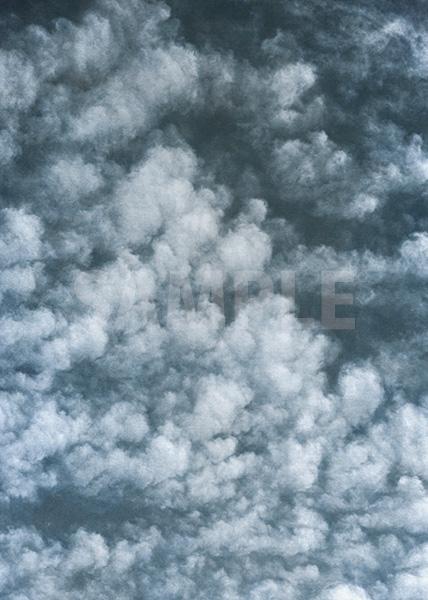 ダークな印象の空と雲のA4サイズ背景素材