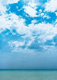 青空と白い雲のA4サイズ背景素材