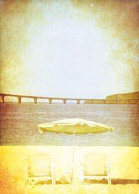 古めかしい印象のビーチのA4サイズ背景素材