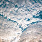 所々隙間が見える空と雲のA4サイズ背景素材