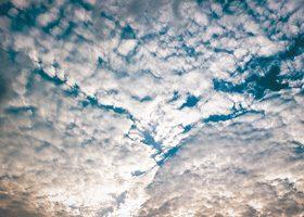 所々隙間が見える空と蜘蛛のA4サイズ背景素材