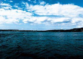 海から見る街のA4サイズ背景素材