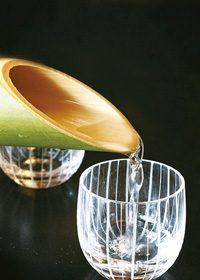 竹に入った日本酒を注ぐA4サイズ背景素材