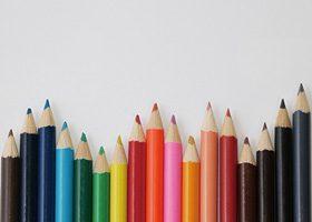 色鉛筆がランダムに並ぶA4サイズ背景素材(横)