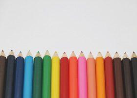 色鉛筆が整列するA4サイズ背景素材(横)